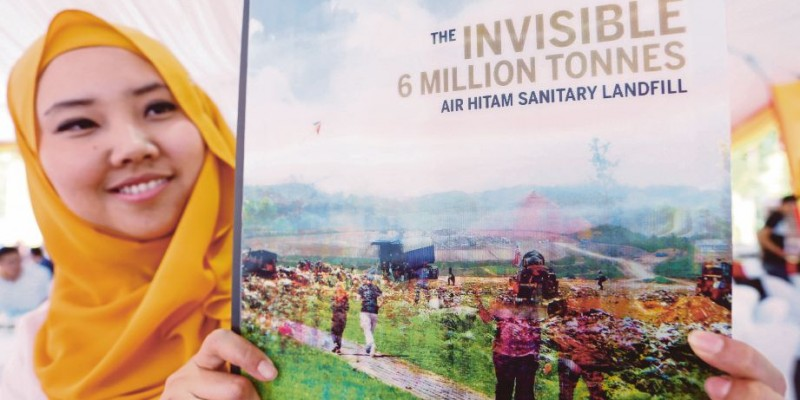 PUCHONG 28 AUGUST 2017. Pegawai Worldwide, Erna Afifi Mohd Baharudfin melihat buku 'The Invisible 6 Million Tonnes Air Hitam Sanitary Landfill' di  Worldwide Landfills Park, Air Hitam Puchong. NSTP/ROSELA ISMAIL
